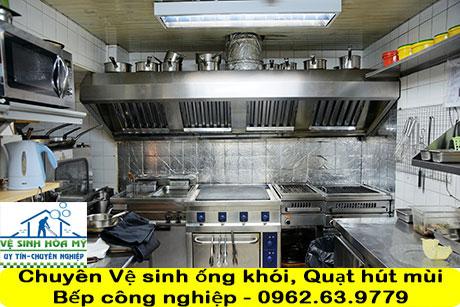 ve-sinh-ong-khoi-quat-hut-mui-bep-nha-hang-khach-san