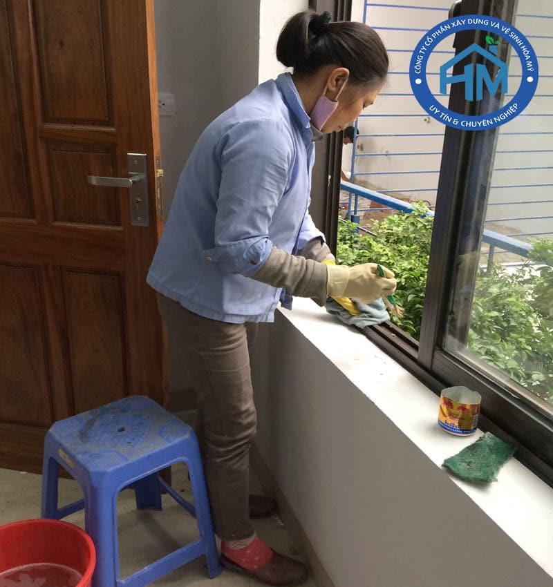 Vệ sinh cửa kính khung kính nhà ở sau xây dựng